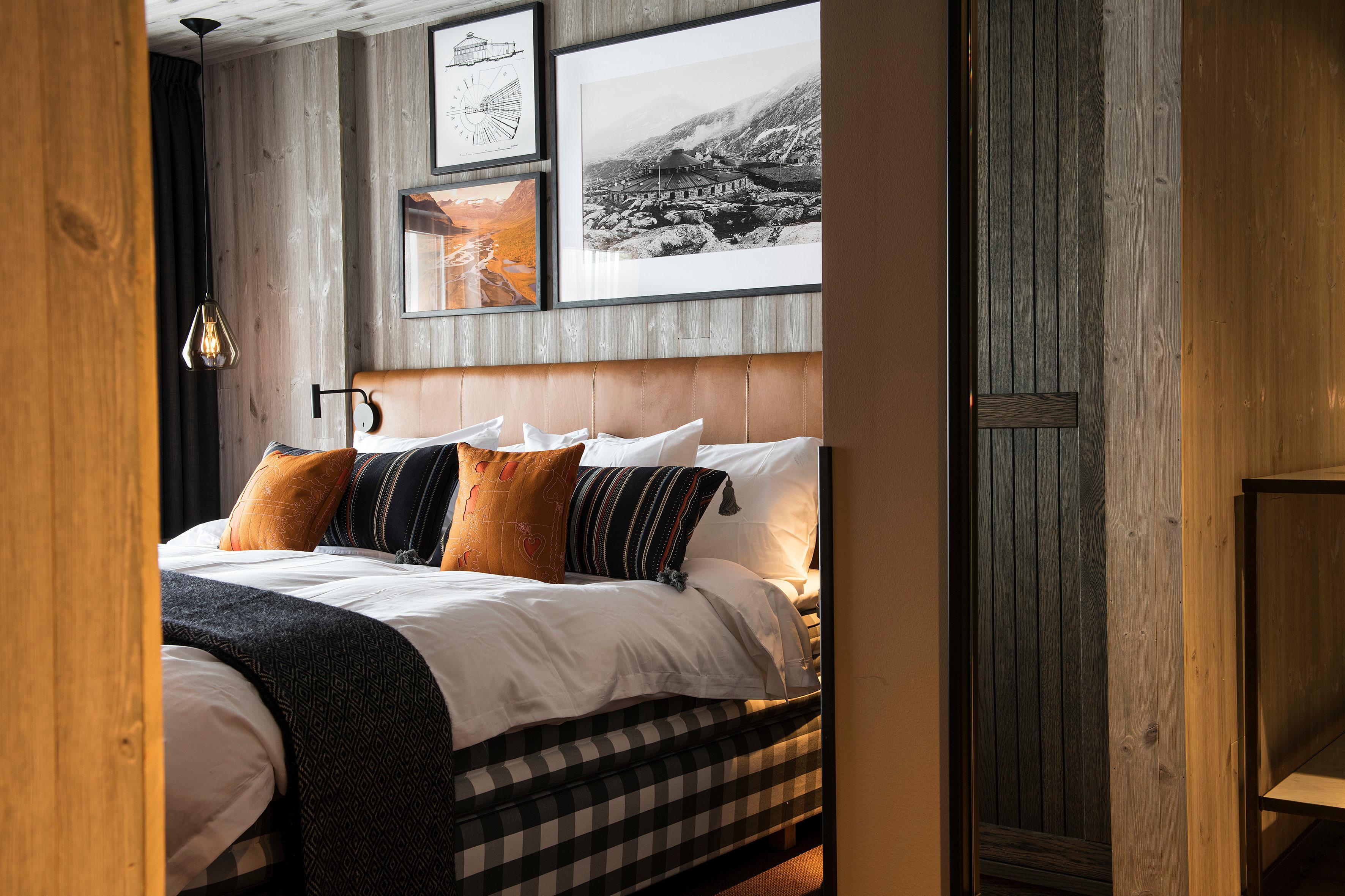 Couleurs et matériaux chaleureux dans les chambres. Au-dessus du lit, des photos montrent l'ancien atelier tel qu'il existait au début du siècle précédent.© Lars Thulin