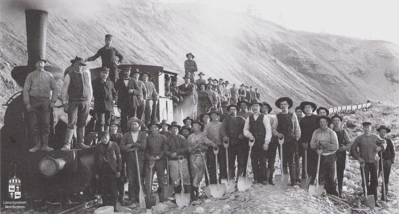 Les Navvys,ouvriers de la construction de la <i>Malmbanen</i>   («ligne du minerai de fer»), qui a permi le développement industriel de la région... et lancé le tourisme. © Länsstyrelsen Norbotten