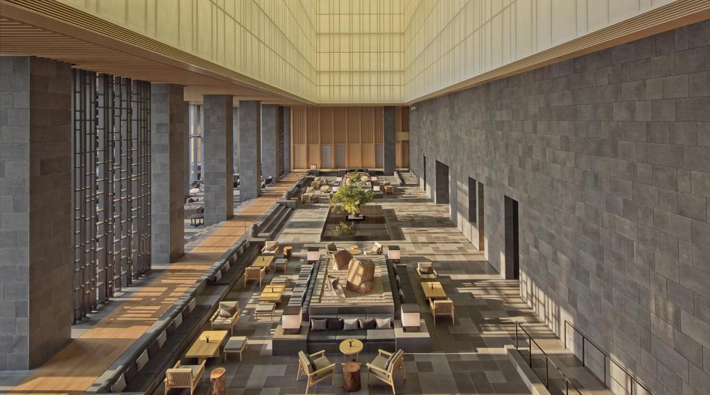 L'immense jardin intérieur, à la fois lounge et réception | © Aman Resorts