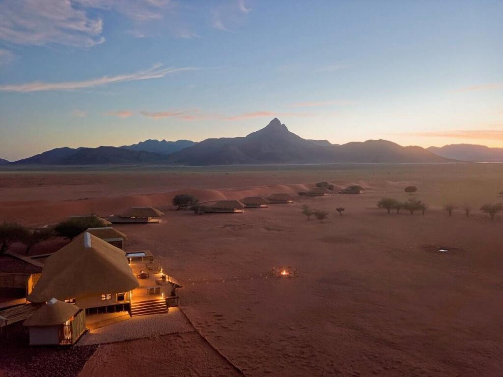Kwessi Dunes (Namibie) - Vue du campement au crépuscule © DR