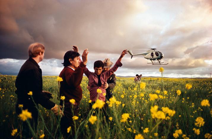 San Ysidro, Californie. 1979. Mexicains arrêtés en tentant de passer la frontière. Image publiée dans le livre <i> Crossings: Photographs from the US-Mexico Border </i> © Alex Webb / Magnum Photos