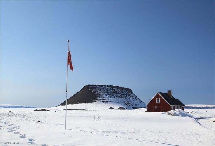 La montage de Dundas, située à côté de la base militaire américaine. Amabilité de © Ed Stockard
