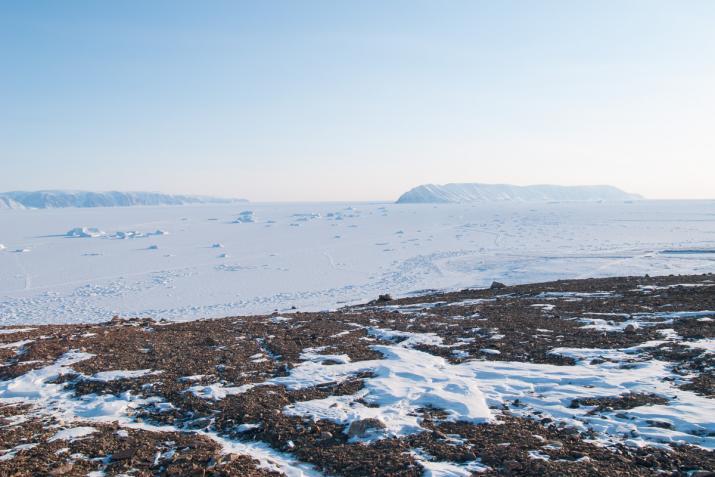 Qeqertarsuaq (Herbert Island) - à droite de l'image - vue depuis les hauteurs surplombant Qaanaaq.