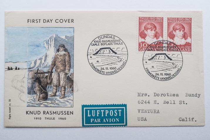 Cette enveloppe premier-jour commémore le cinquantenaire de la fondation de la station de Thulé par Knud Rasmussen en 1910.