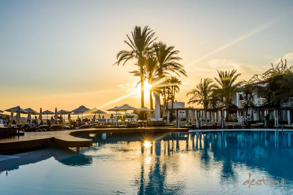 Malgré une programmation allégée cette saison, le Destino, resort dans le giron du groupe Pacha, reste un haut lieu du day clubbing à Ibiza © Destino