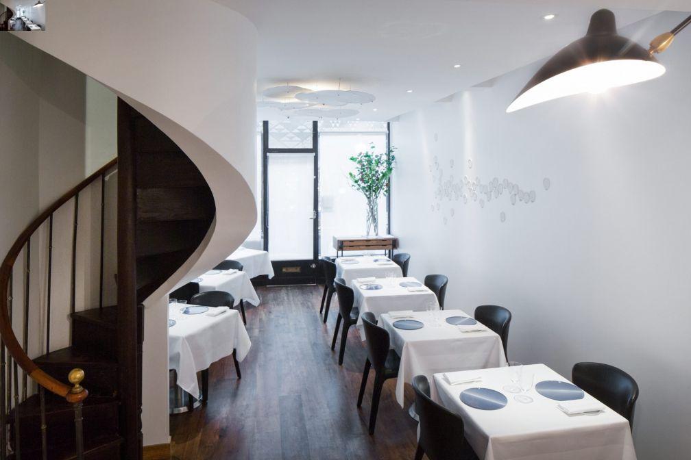 La salle à manger intimiste du Passage 53, habilement dissimulée derrière un rideau blanc © Passage 53