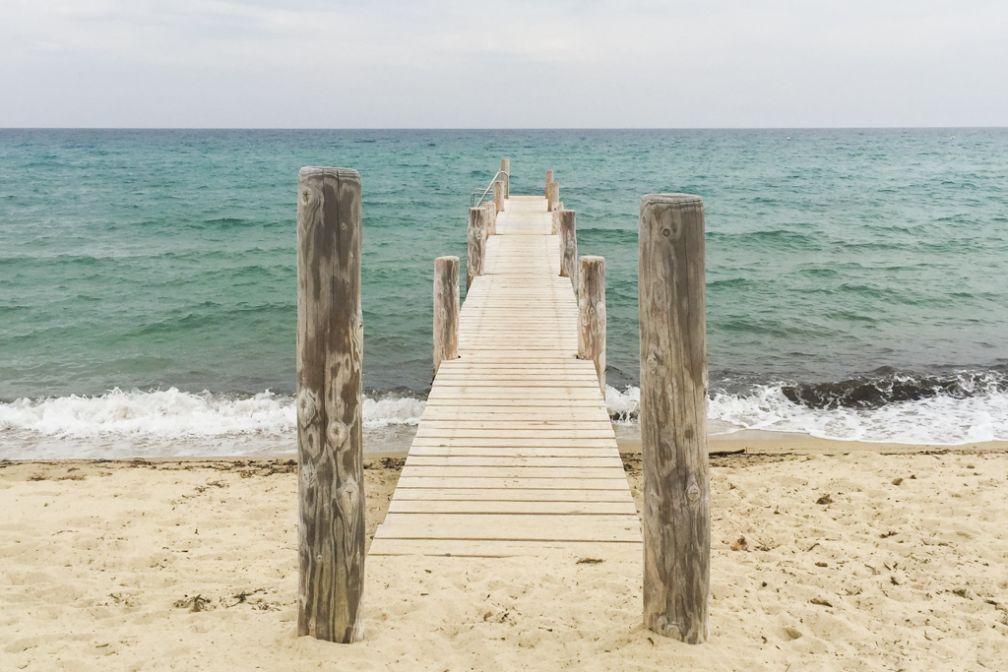 La plage de Pampelonne, où est installé le mythique Club 55 : un ciel nuageux mais des couleurs magnifiques   © Yonder.fr