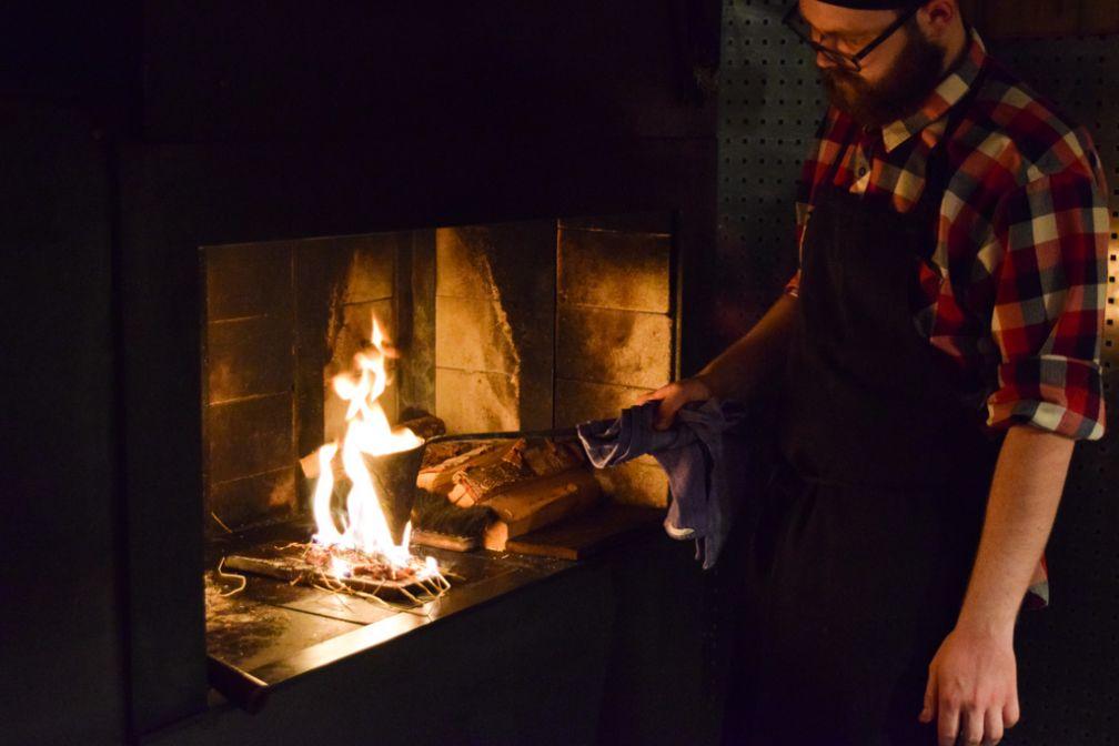 Ni électricité, ni gaz, les cuissons se font exclusivement au feu de bois chez Ekstedt | © Yonder.fr