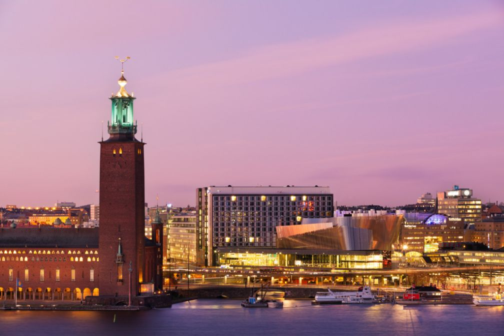 Stockholm au crépuscule, pendant l'été. Sur la gauche, l'imposante tour de l'Hôtel de ville © Visit Stockholm
