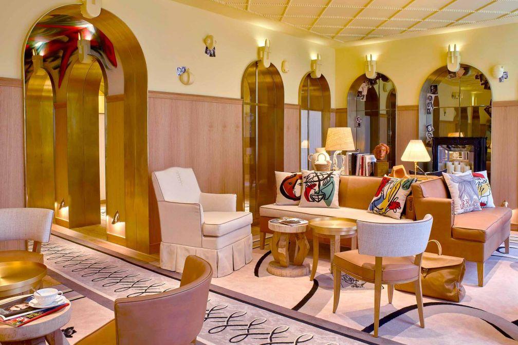 Un salon du 5-étoiles parisien 9Confidentiel agrémenté de coussins aux motifs signés Ara Starck © DR