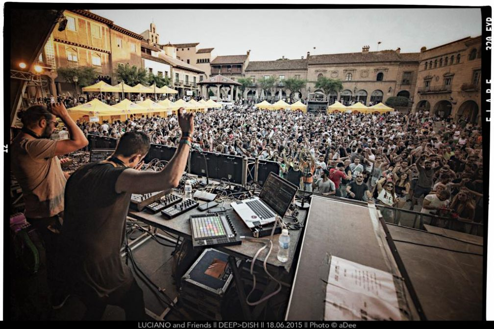 Deep Dish live pendant la soirée Luciano & Friends à la Plaza Mayor du Poble Espanyol | ©aDee
