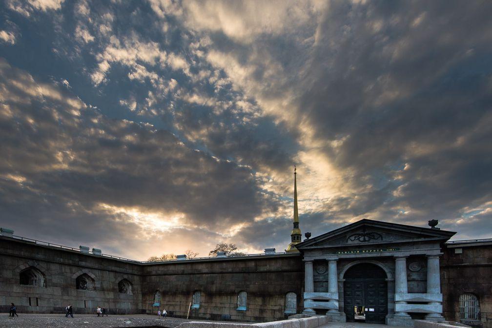 La flèche de la cathédrale Pierre-et-Paul émerge des murs d'enceinte de la forteresse éponyme | © ##Gregory Kutuzov@@https://500px.com/barlo