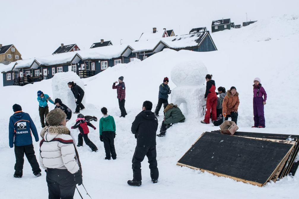 Les écoliers de Tasiilaq et leurs correspondants danois s'exercent à la sculpture en neige.
