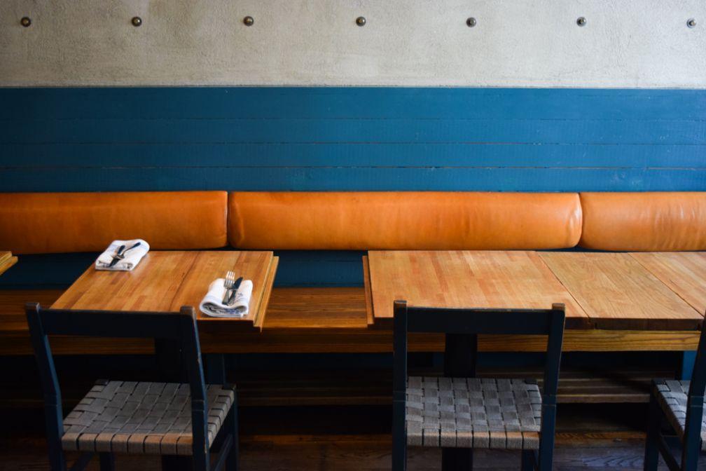 Design intemporel chez Rolfs Kök, adresse incontournable de la scène culinaire locale depuis plus de 25 ans | © Yonder.fr