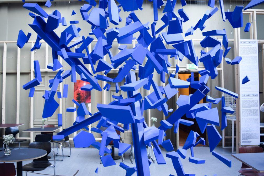 Chez ArtDeli, d'imposantes sculptures occupent le vaste espace réservé aux expositions | © Yonder.fr
