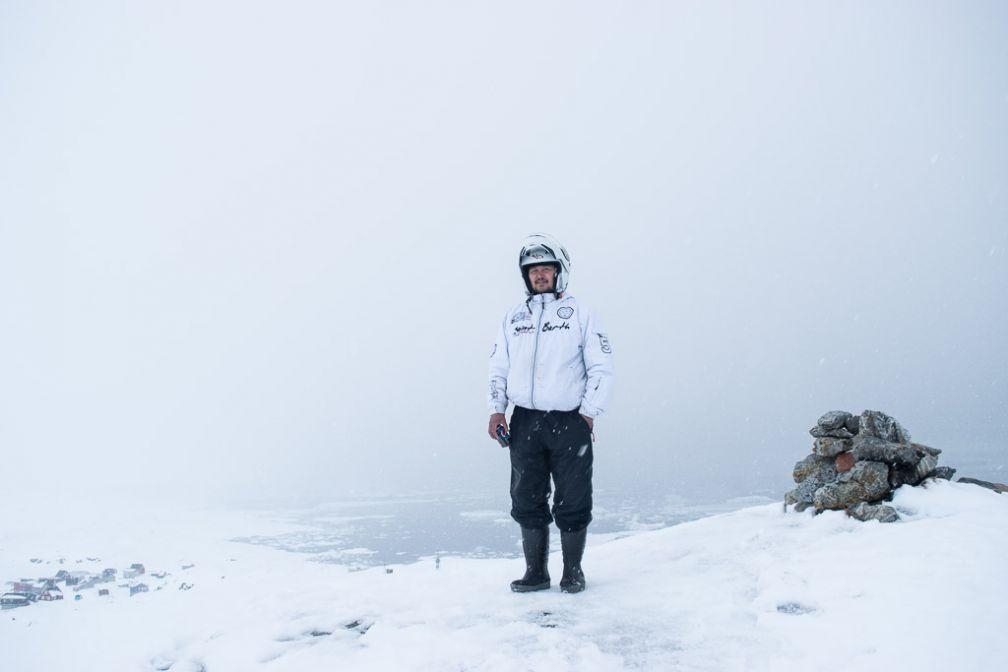 Mon conducteur de motoneige sur la hauteur qui domine Tiniteqilaaq.