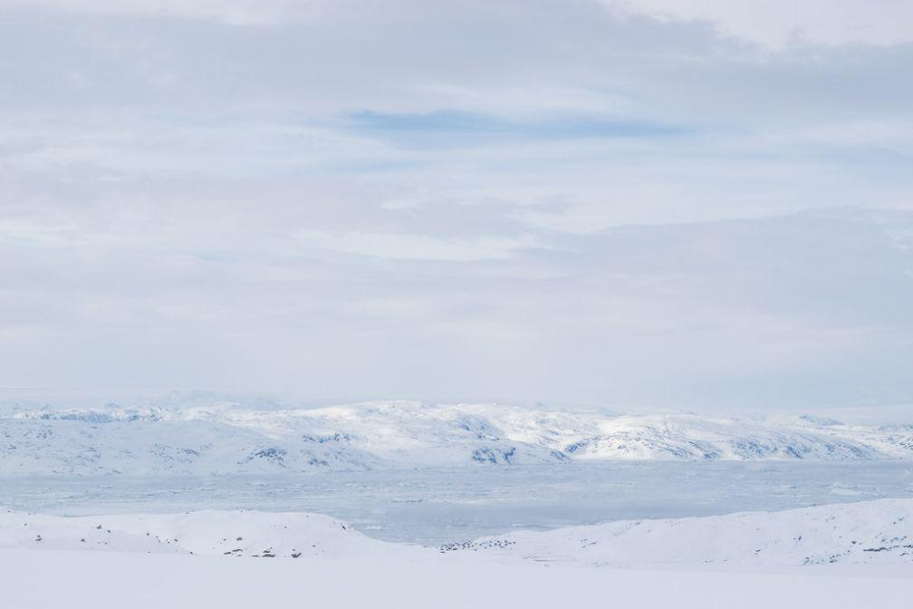 Les maisons de Tiniteqilaaq apparaissent minuscules au bord du fjord de Sermilik.