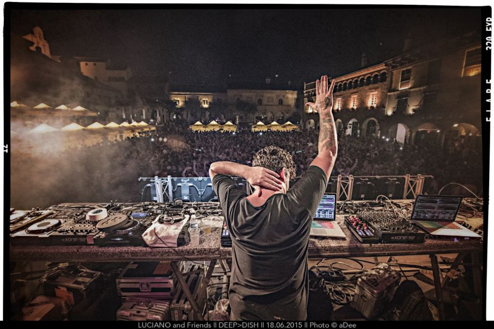 Luciano devant un public conquis sur la Plaza Mayor | ©aDee