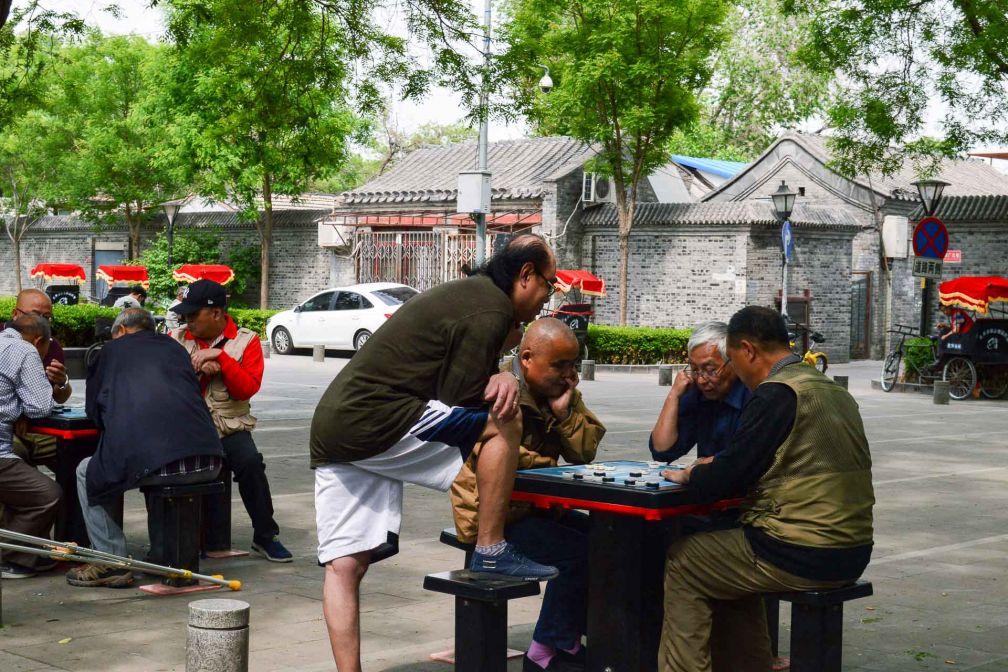 Les anciens se rassemblent autour d'un jeu d'échec derrière la tour du Tambour © Pierre Gunther / YONDER.fr