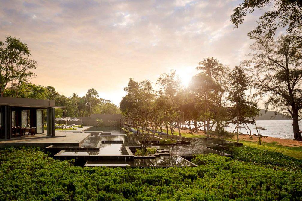 La piscine à débordement s'étage en bassins vers l'océan, pour un coucher de soleil inoubliable depuis le Sunset Bar © DR