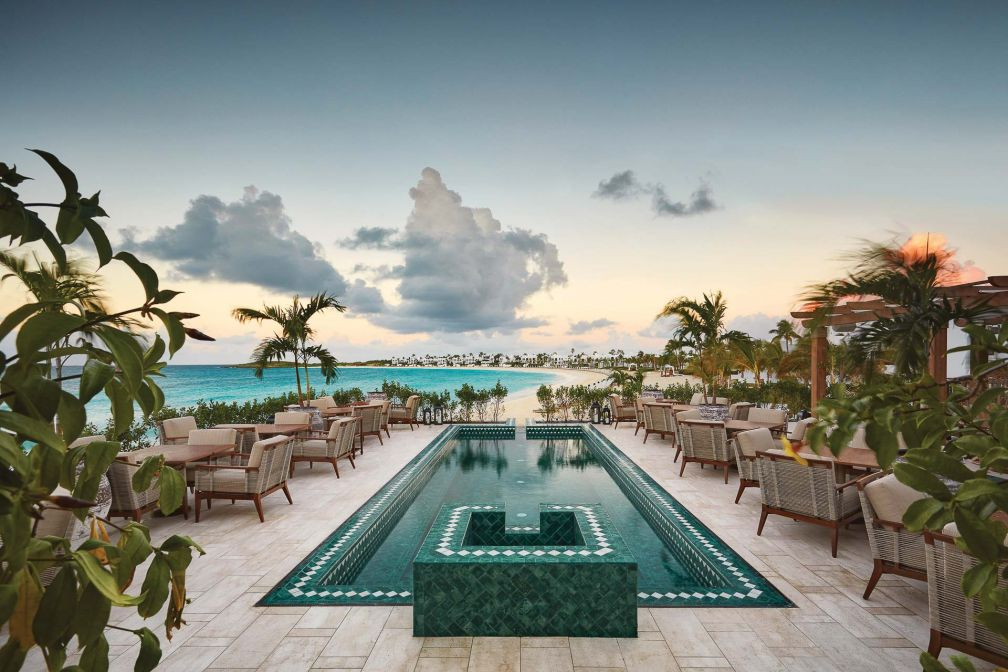 Les grandes terrasses bordées de palmiers et la piscine à débordement surplombant la mer forment un cadre de rêve pour savourer cocktails et tapas.