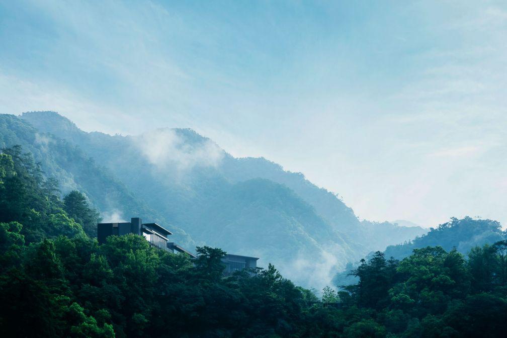 Dans une chaîne de montagnes culminant à 3,000 mètres d'altitude, l'architecture du HOSHINOYA Guguan ne fait qu'une avec la nature © DR