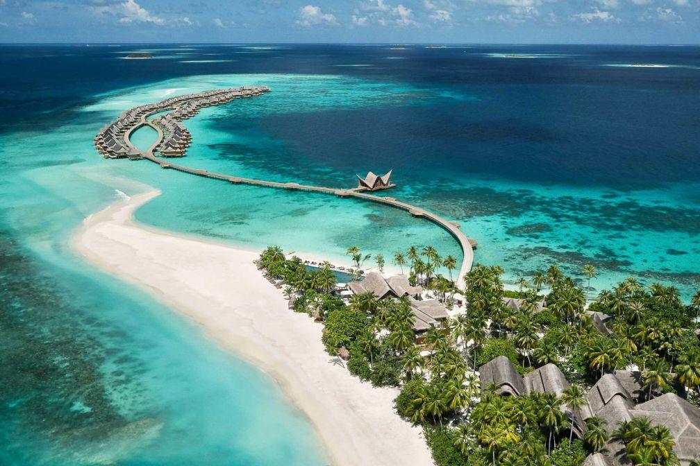 La longue jetée de villas sur pilotis apparait au loin lors de l'arrivée en hydravion au JOALI Maldives © DR