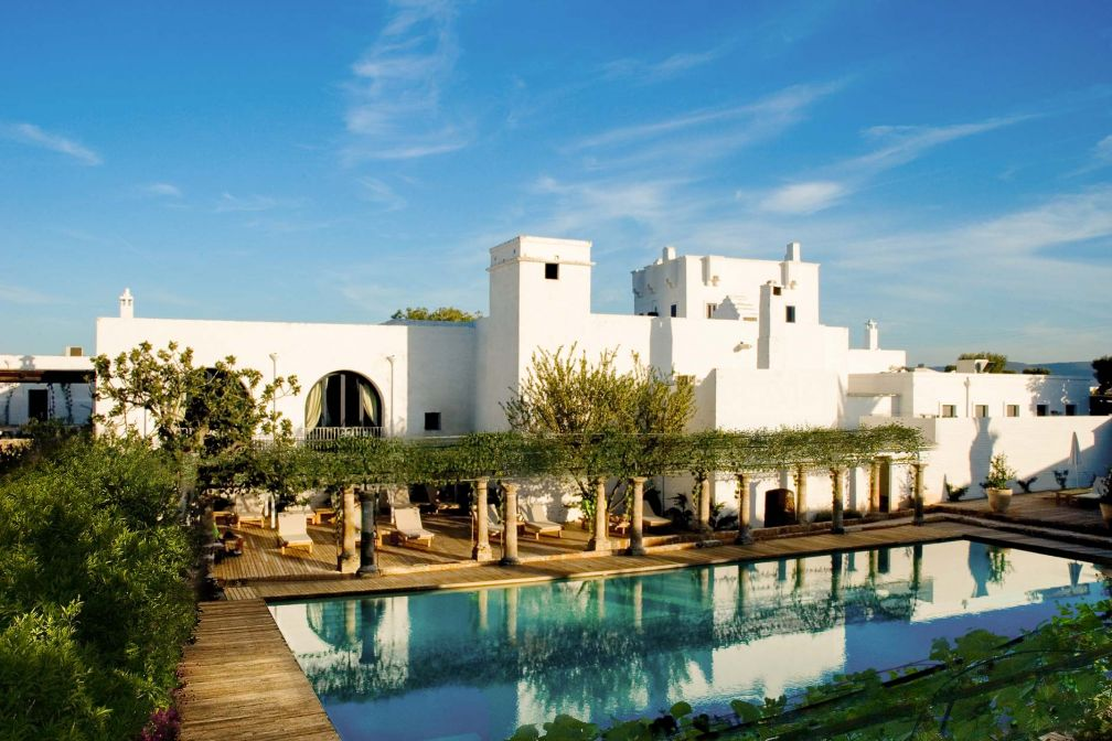 La masseria Torre Maizza, ferme fortifiée typique de la région des Pouilles, dresse ses tours au-dessus de la piscine © DR