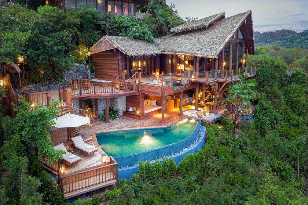 A flanc de colline, la nouvelle villa The View at Six Senses Yao Noi surplombe la fabuleuse baie de Phan Nga pour un séjour romantique © Six Senses