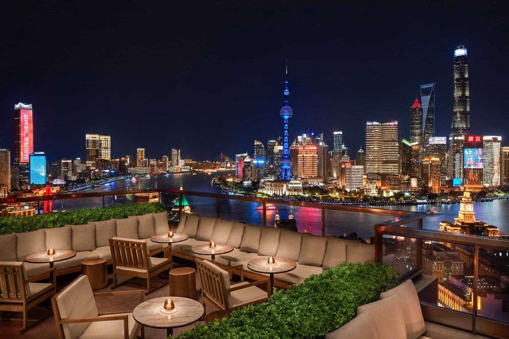 Perché au 28ème étage, le bar The Roof offre une vue à couper le souffle sur Pudong et la rivière Huangpu © Nikolas Koenig