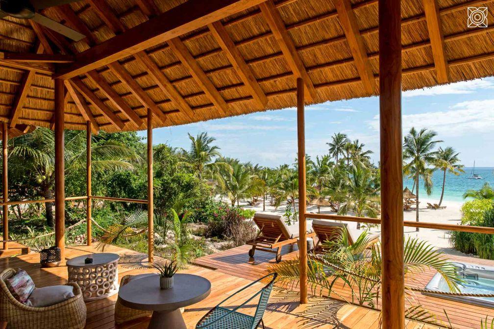 Au Zuri Zanzibar, les suites sont équipées de meubles contemporains ou chinés ainsi que d'œuvres africaines, dans un mélange typique de Zanzibar © DR