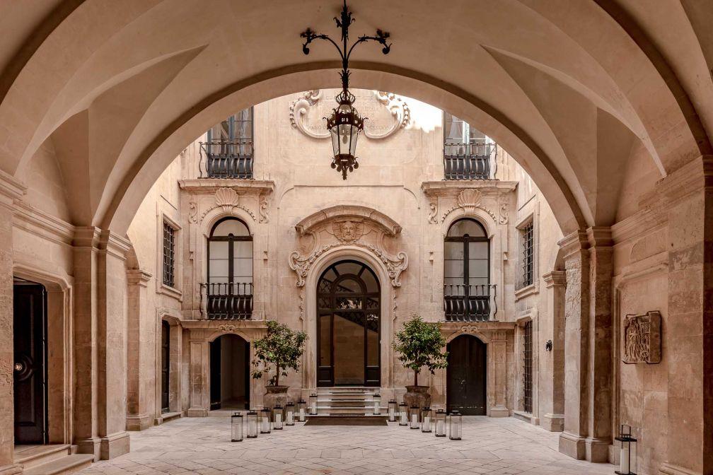 La grandeur du palais, construit sur la demande de Gabriele Bozzi Corso en 1775, transparait dès l'arrivée dans la cours © DR