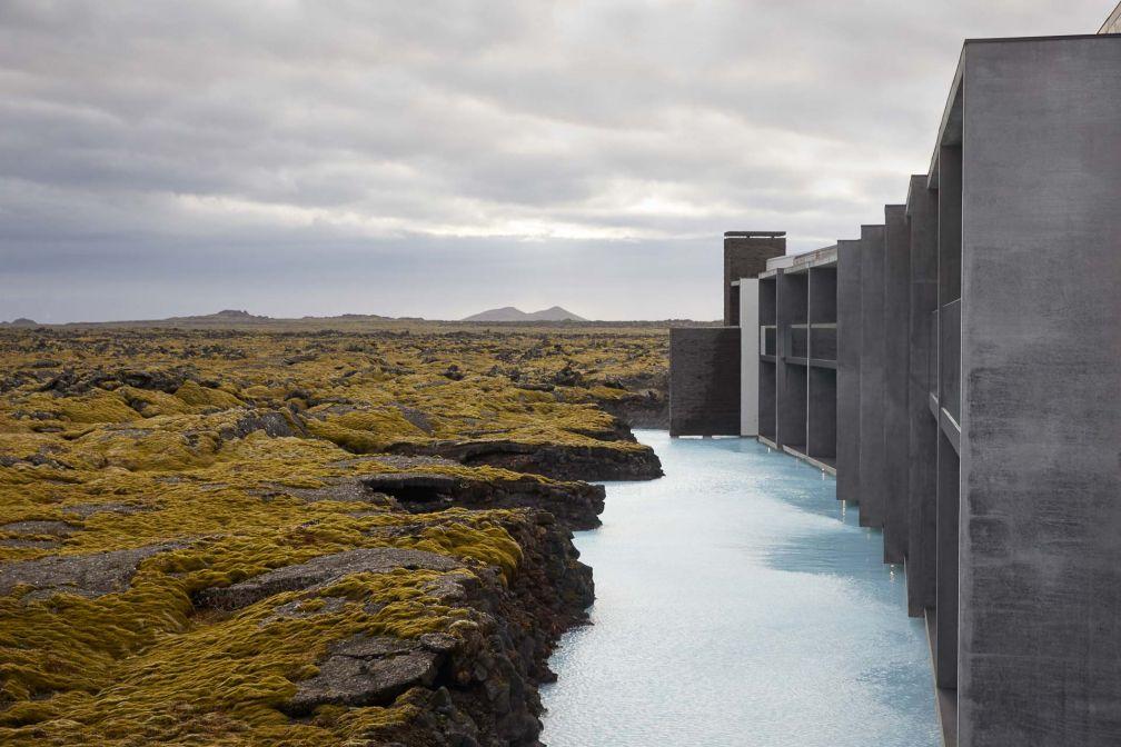 L'hôtel dessiné par Basalt Architecture est inspiré par les champs de lave alentours © The Retreat at Blue Lagoon