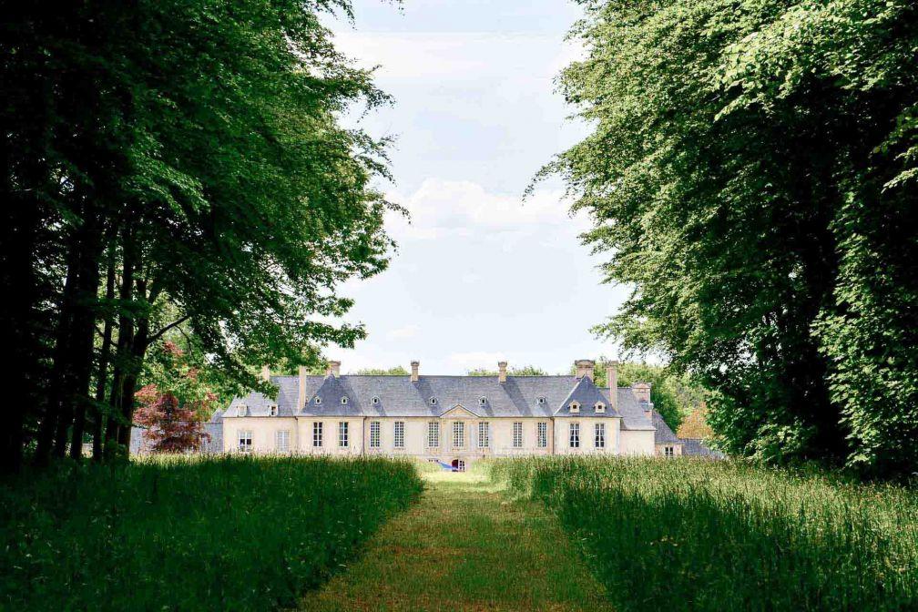 Le Château d'Audrieu en Normandie aligne sa belle perspective d'herbes folles © YONDER.fr