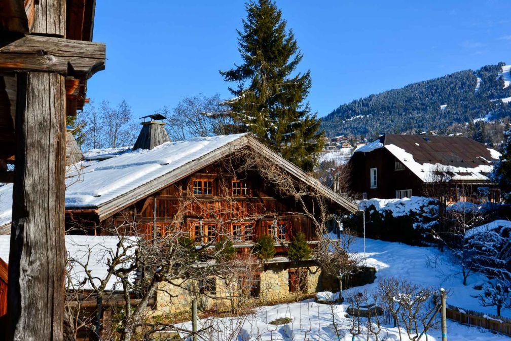 Les différents bâtiments constituant les Fermes de Marie, chalets d'alpage glanés en Savoie et reconstruits à l'identique. © Emmanuel Laveran.