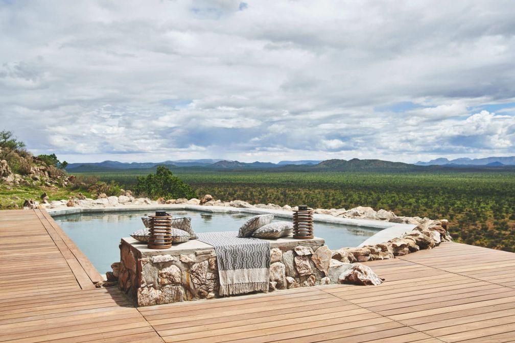 Habitas Namibia : piscine avec vue dans la villa du lodge © DR