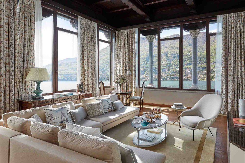 Le salon de la Penthouse Suite domine le lac © DR