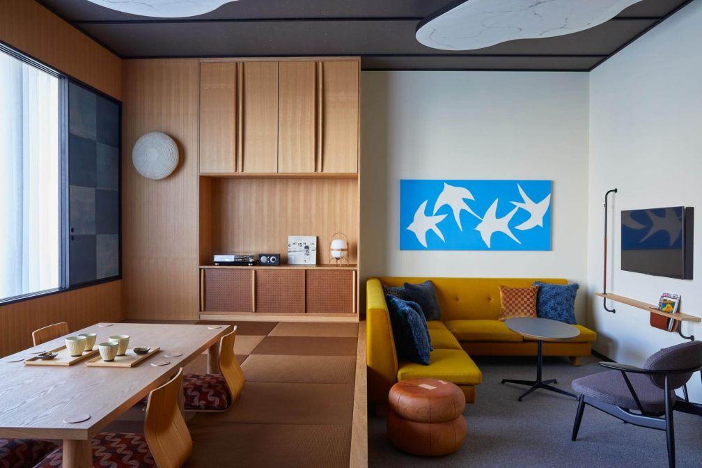 Différentes nuances de bois et des œuvres de Samiro Yunoki habillent la Tatami Suite © Yoshihiro Makino