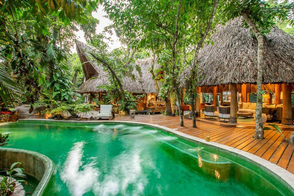 La belle piscine d'eau salée à débordement est le point de rassemblement au milieu des lodges © DR
