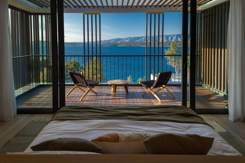 Maslina Resort, Croatie   Les lits orientés face à la baie vitrée dominent la mer Adriatique © D. Fabijanic