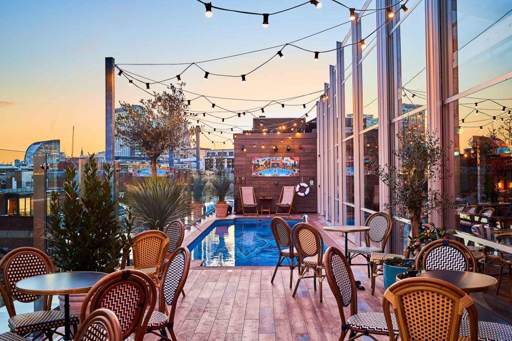La brasserie rooftop de l'hôtel, Le Lido, héberge une piscine marocaine et offre des vues remarquables sur la skyline de Shoreditch. © Justine Trickett
