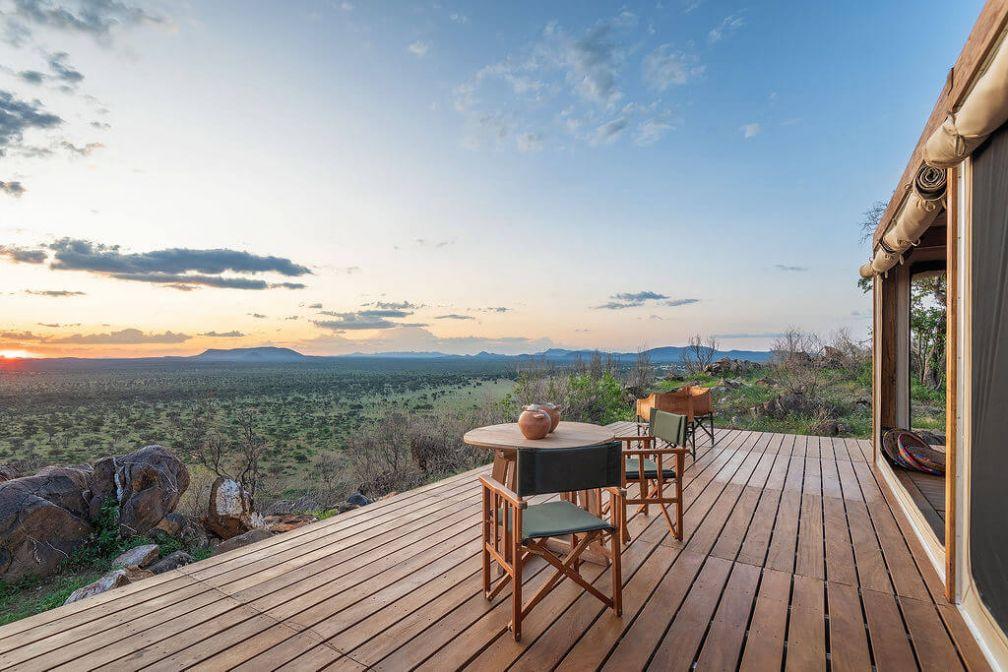 Habitas Namibia : vue panoramique depuis les grandes terrasses des suites porte sur la savane environnante © DR