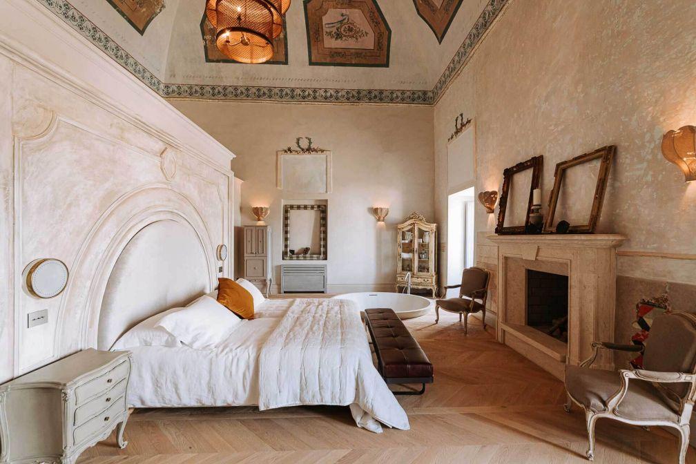 Les chambres du Paragon 700 ont conservé de grandes fresques au plafond © DR
