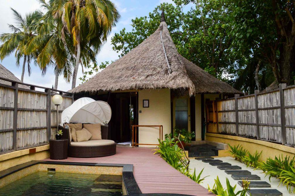 Les toits en chaume des villas revisitent les traditions maldiviennes © Pierre Gunther