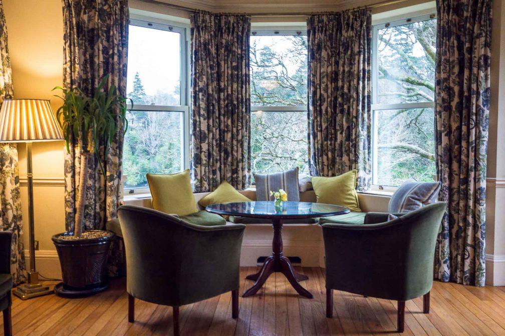 Les multiples salons de l'hôtel invitent à la tranquillité, tout en profitant de vues sur la nature environnante © Alix Laplanche