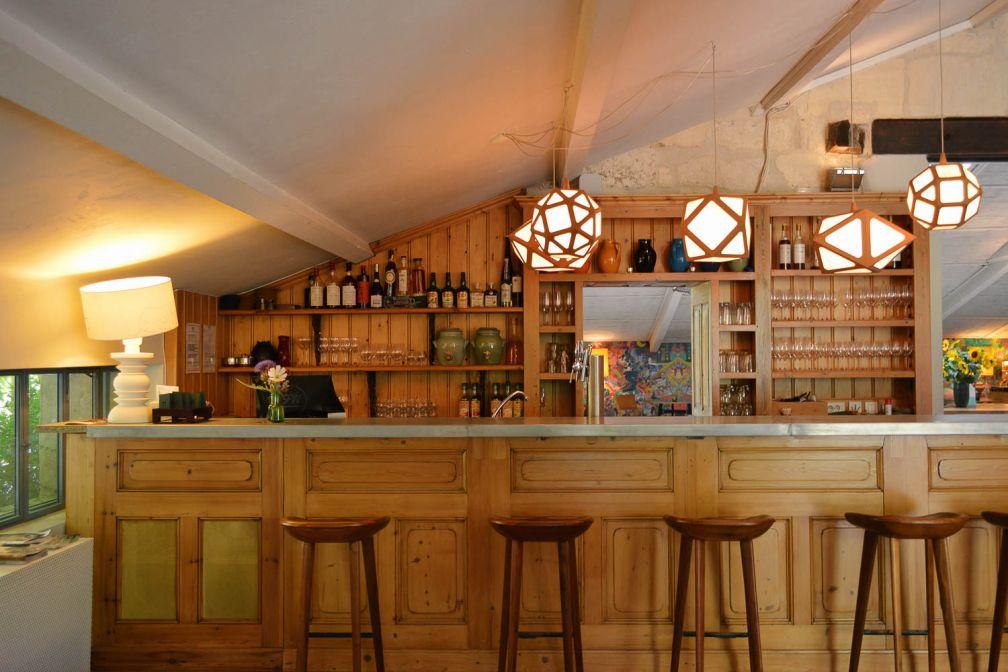 Le bar propose également à la vente des produits locaux comme du riz noir de Camargue © Pierre Gunther