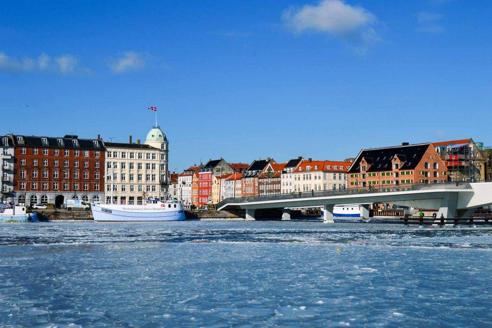 L'hiver, même la mer gelée n'empêche pas le passage des bateaux-bus. © Pierre Gunther.