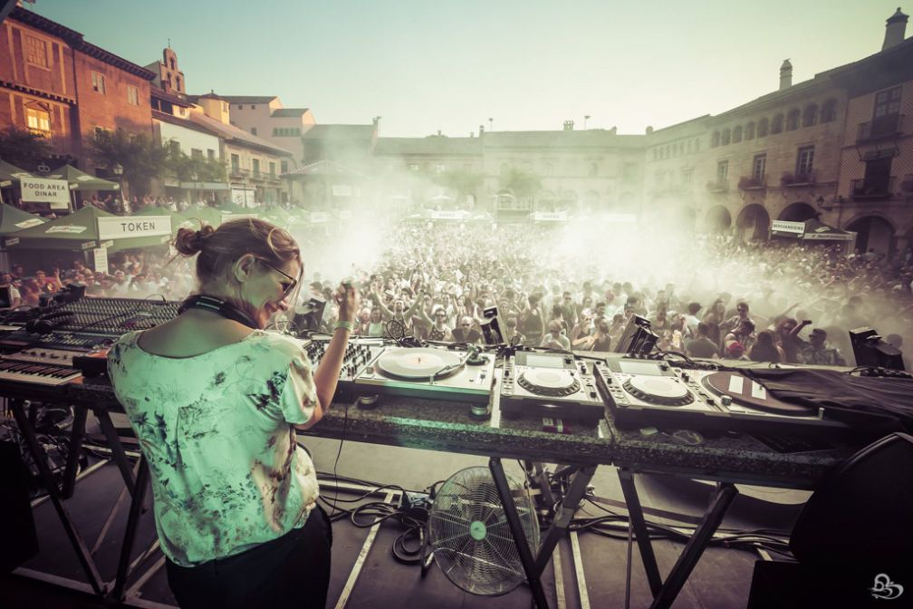 Sonja Moonear rayonnante à la Plaza Mayor du Poble Espanyol pendant le festival IR BCN | © GBK.Photos