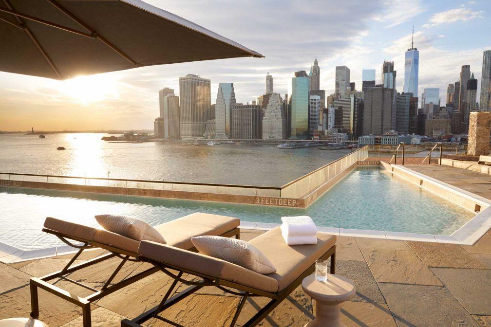 Vue sur la skyline de Manhattan depuis le bord de la piscine du 1 Hotel Brooklyn Bridge © DR