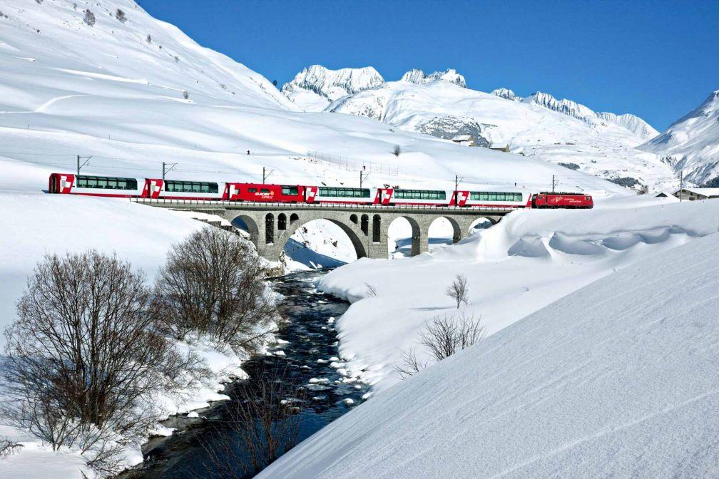 Le Glacier Express relie Zermatt à St-Moritz, deux stations de sports d'hiver emblématiques de Suisse © Suisse Tourisme
